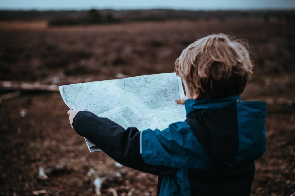 enfant qui décrypte une carte - curiosité
