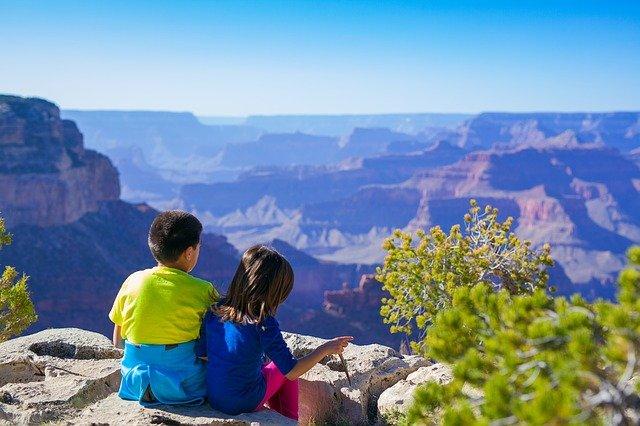 Enfants de vant le Grand Canyon