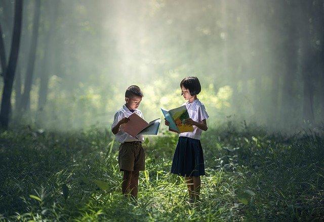 Symbolique d'enfants apprenant en pleine nature