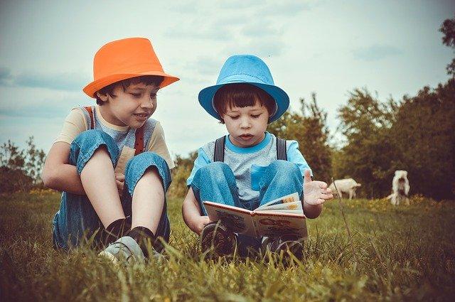enfants lisant ensemble